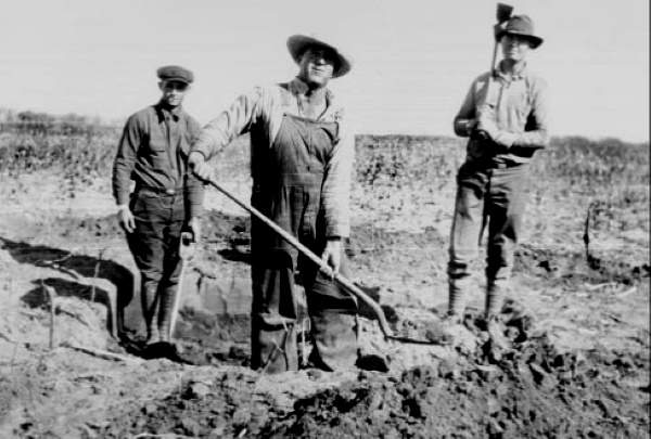 Digging First Oil Well in Scurry County 1924